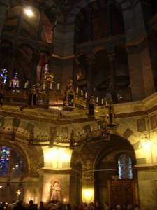 Pfalzkapelle mit Leuchter