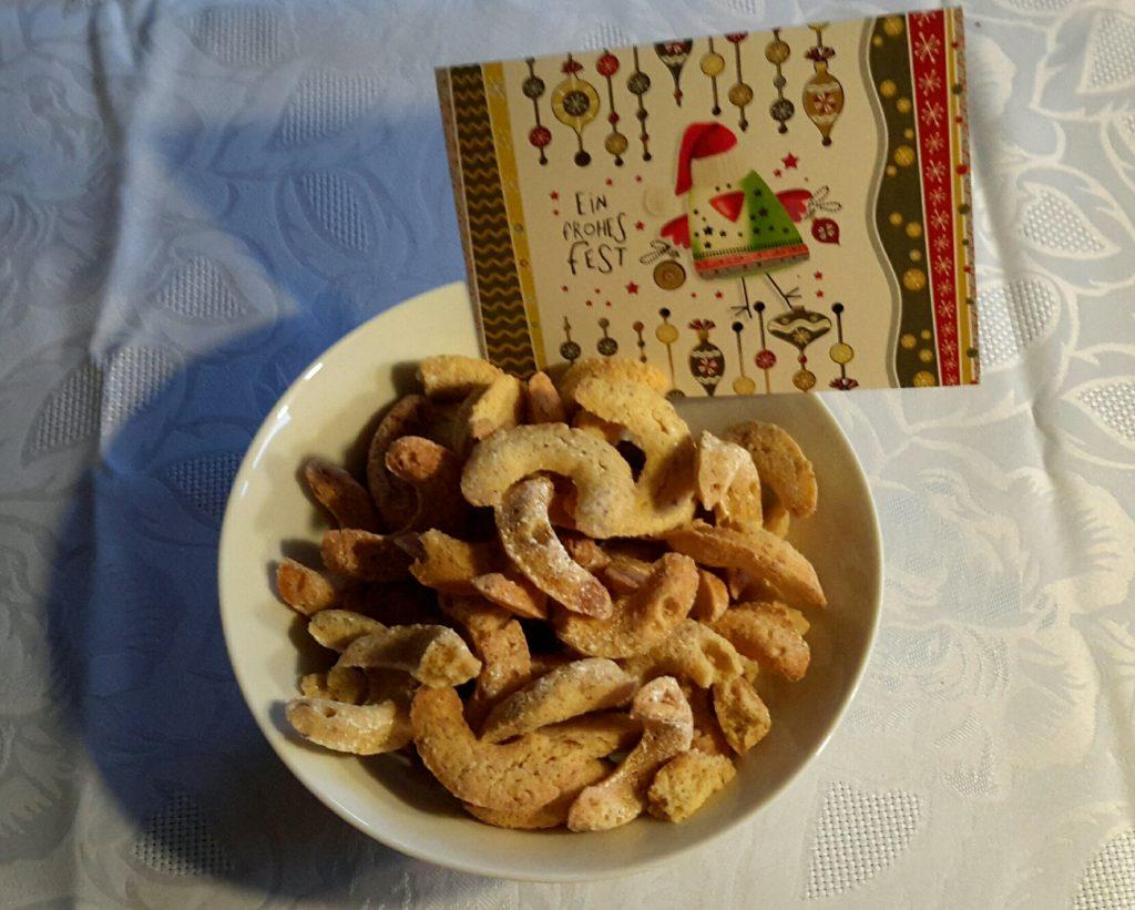 Weihnachtspäckchen mit Vanillekipferln