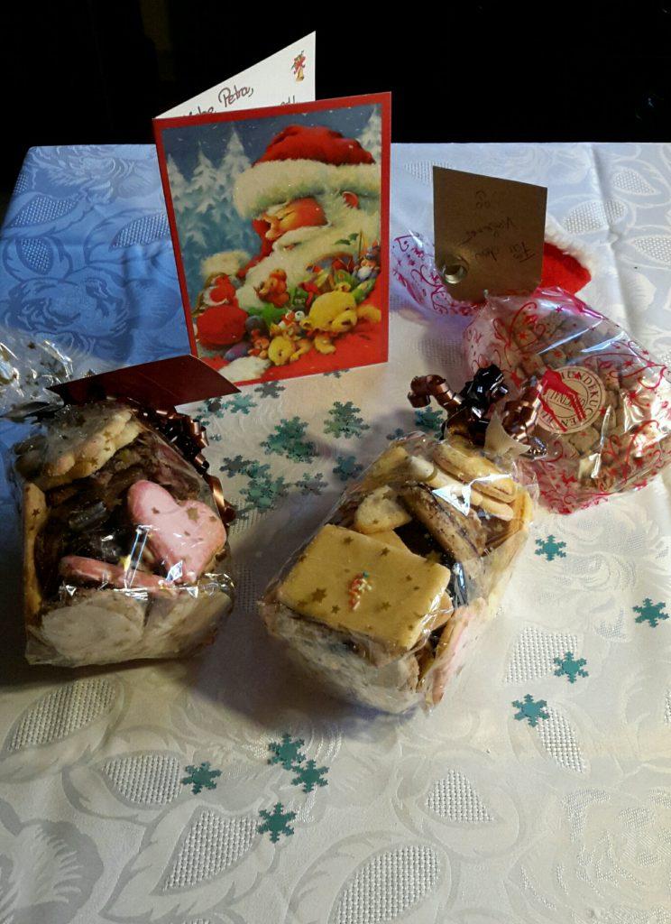 Weihnachtspäckchen mit Plätzchen